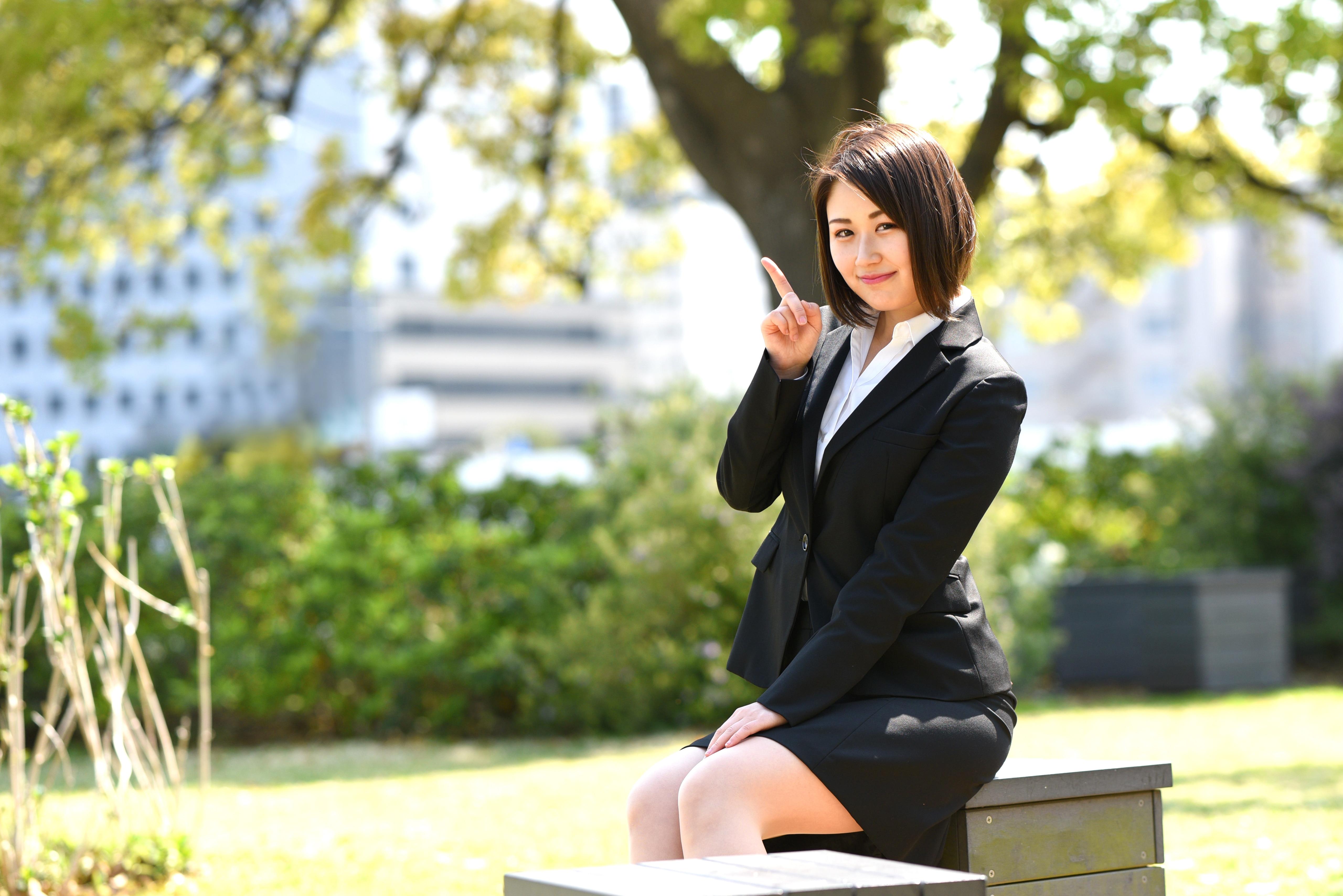 人差し指を立てる女性