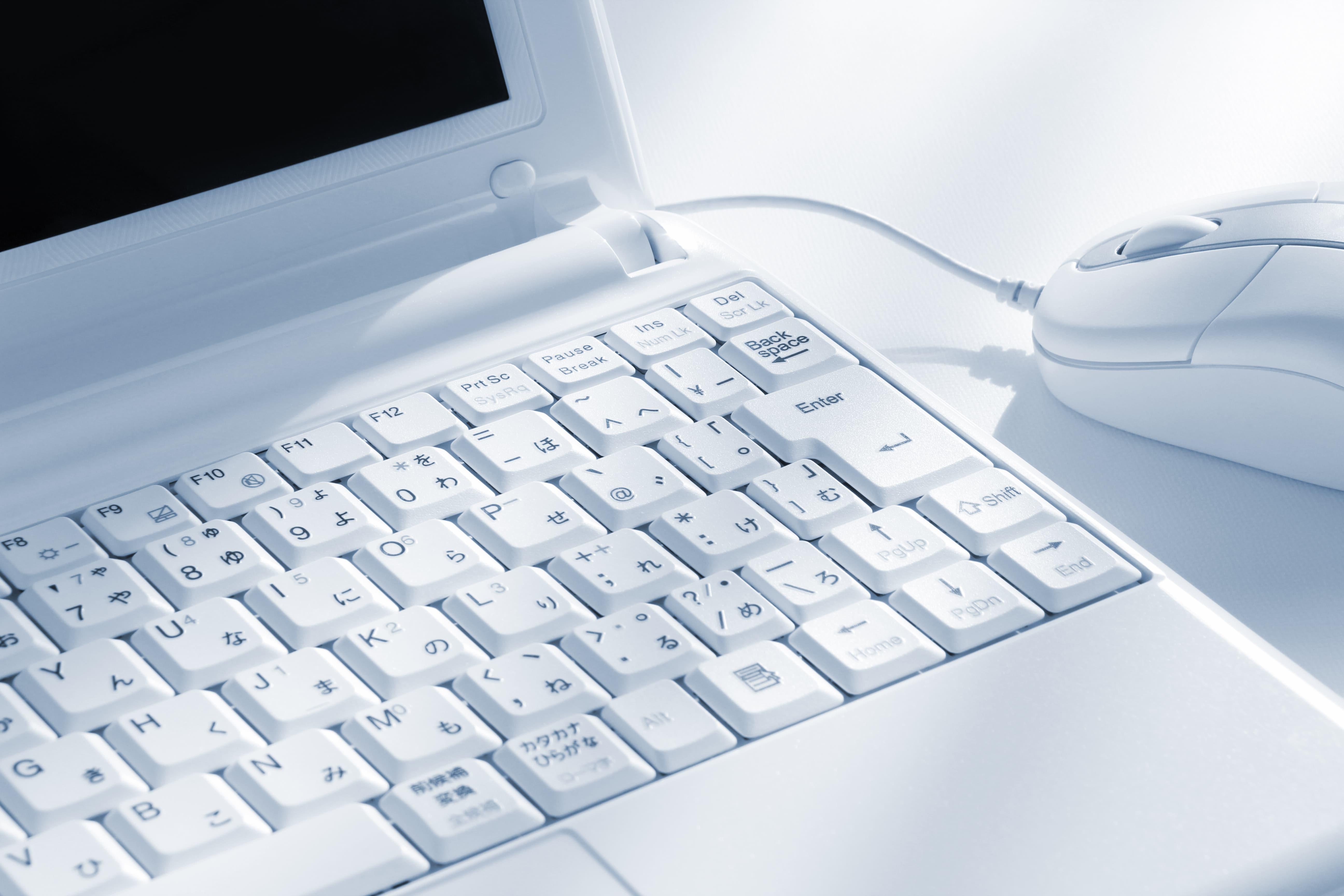 白のノートパソコン