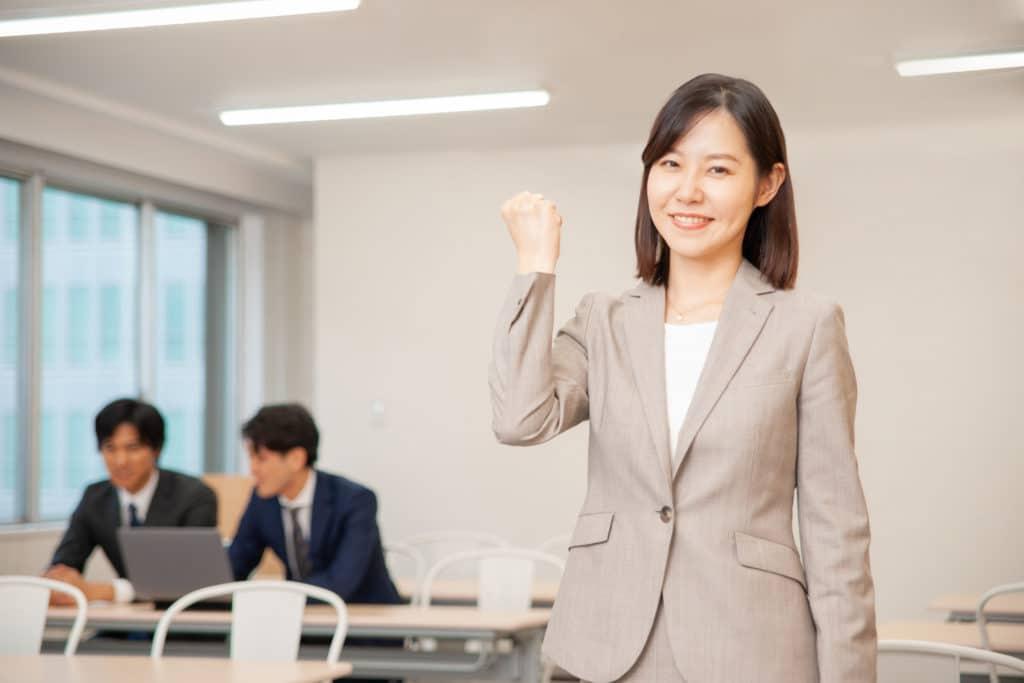 転職する女性