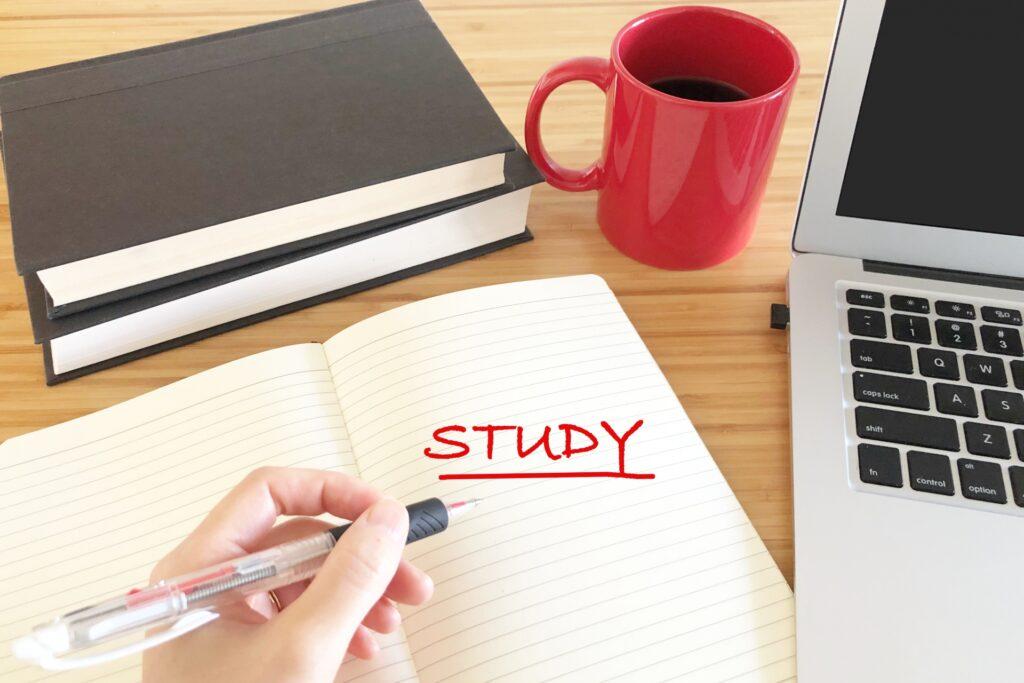 STUDYと書かれたノートとパソコン