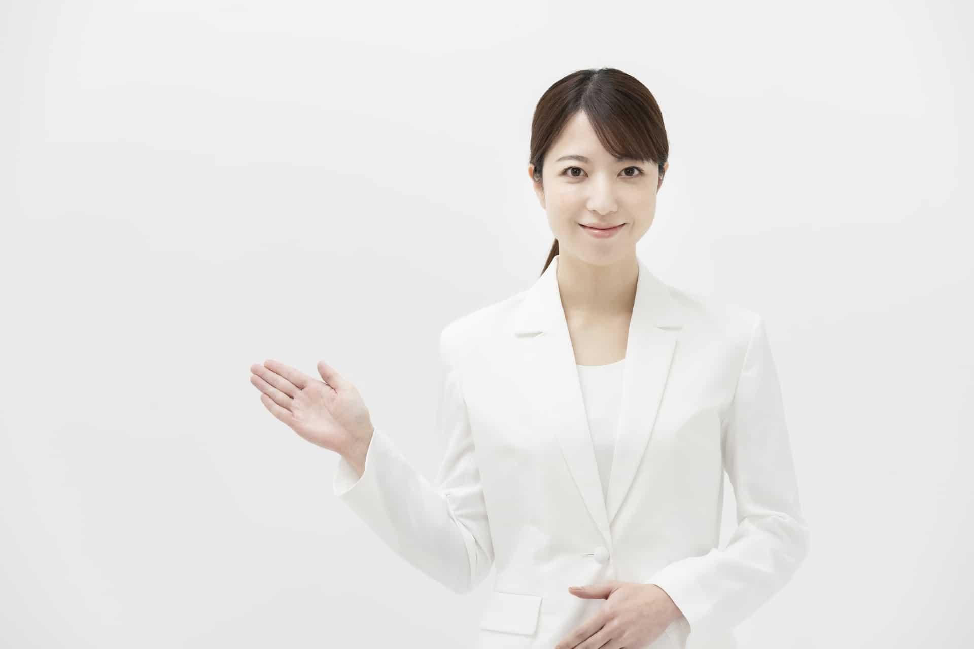 白いスーツを着た女性