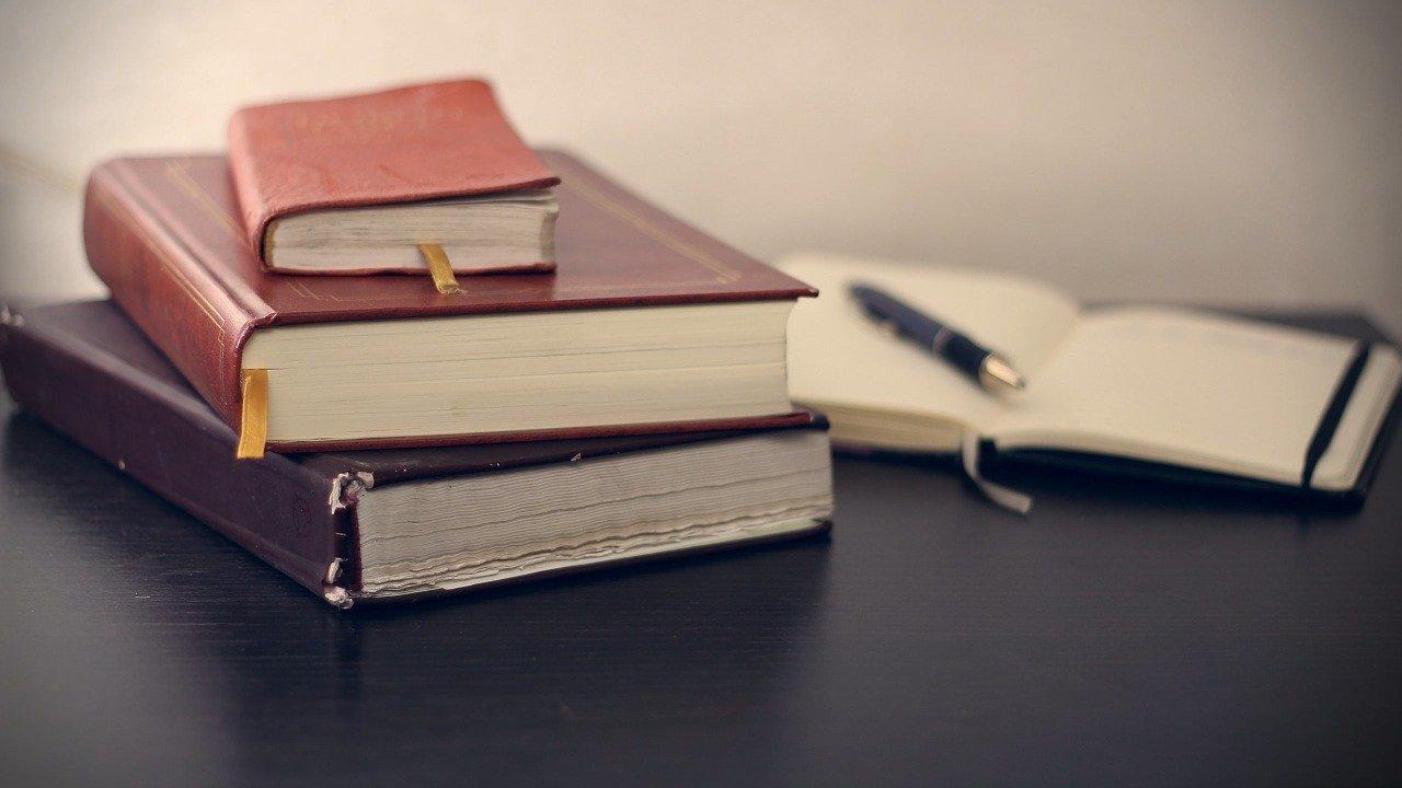 積まれた本とノート