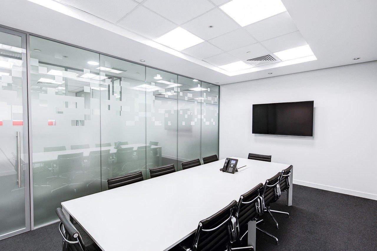 会議室、テーブル、スクリーン