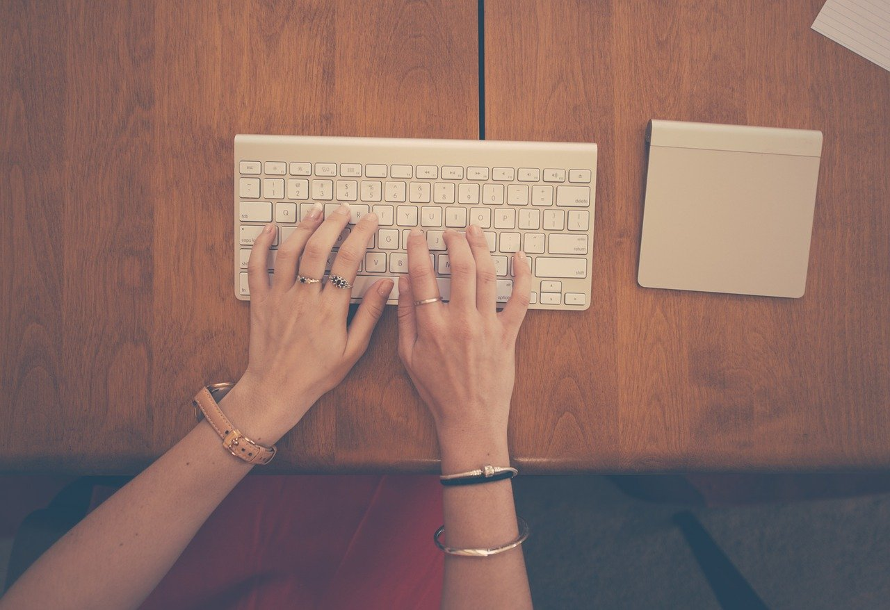 女性、手、タイピング
