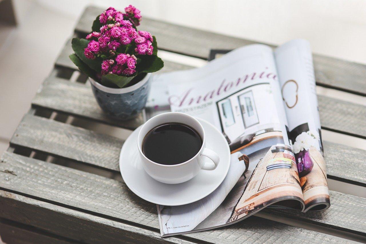 雑誌とコーヒーの画像