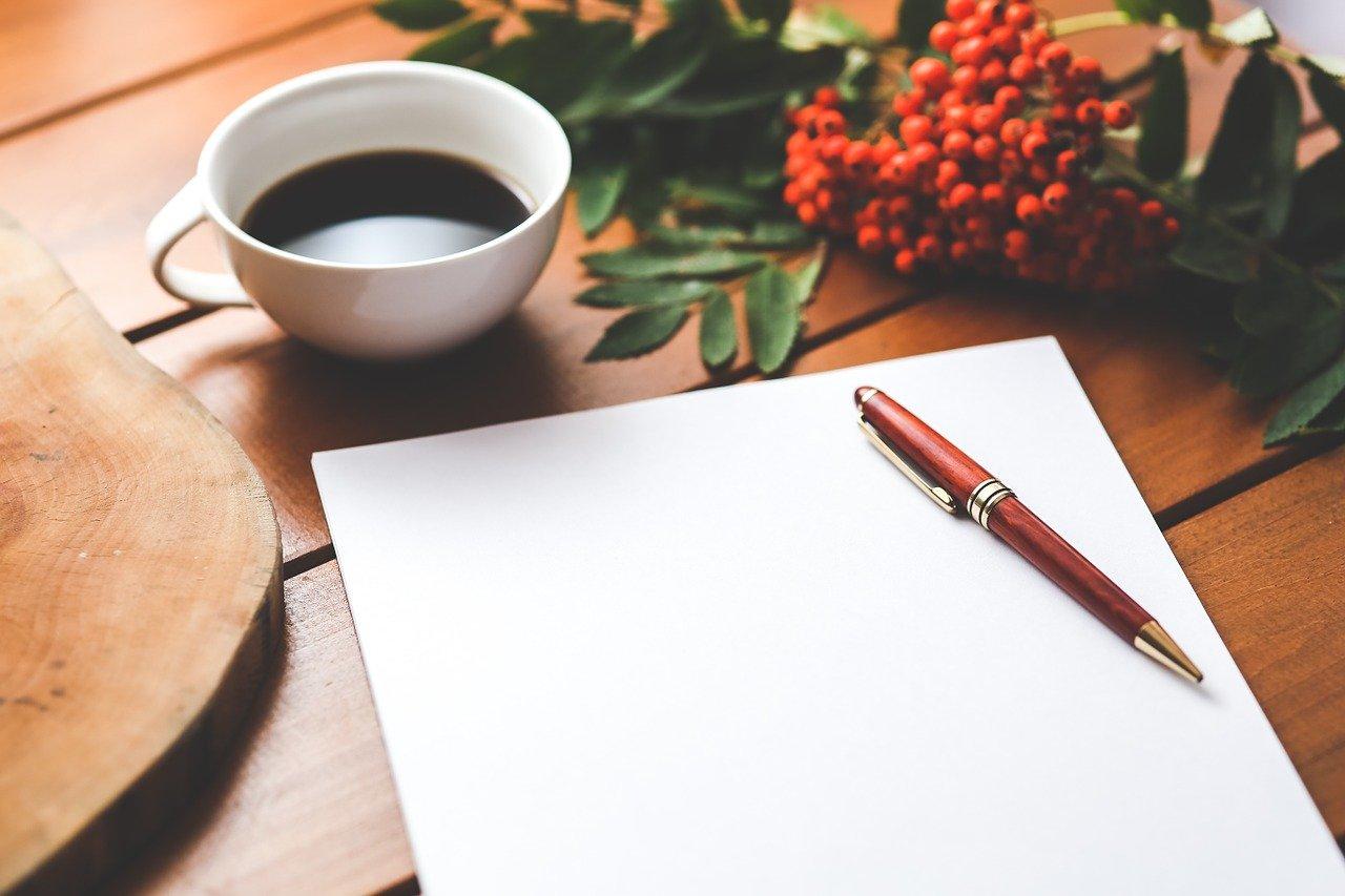 コーヒーと白紙とペン