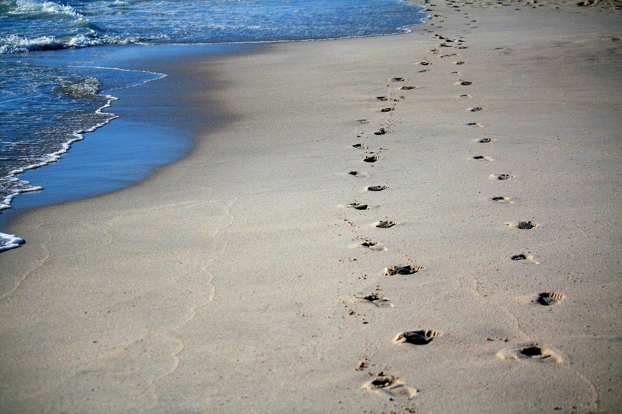 足跡、砂浜