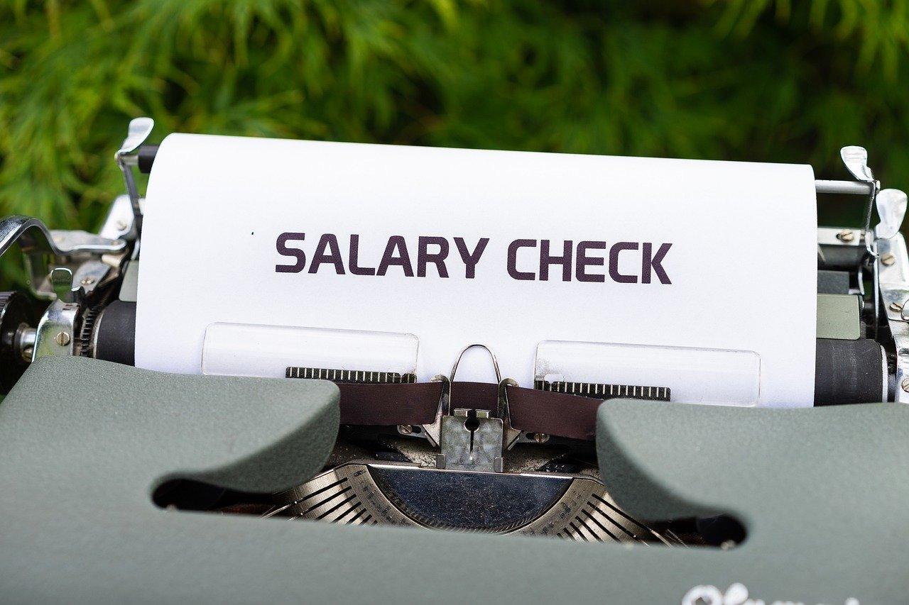 タイプライター、給与小切手、お金