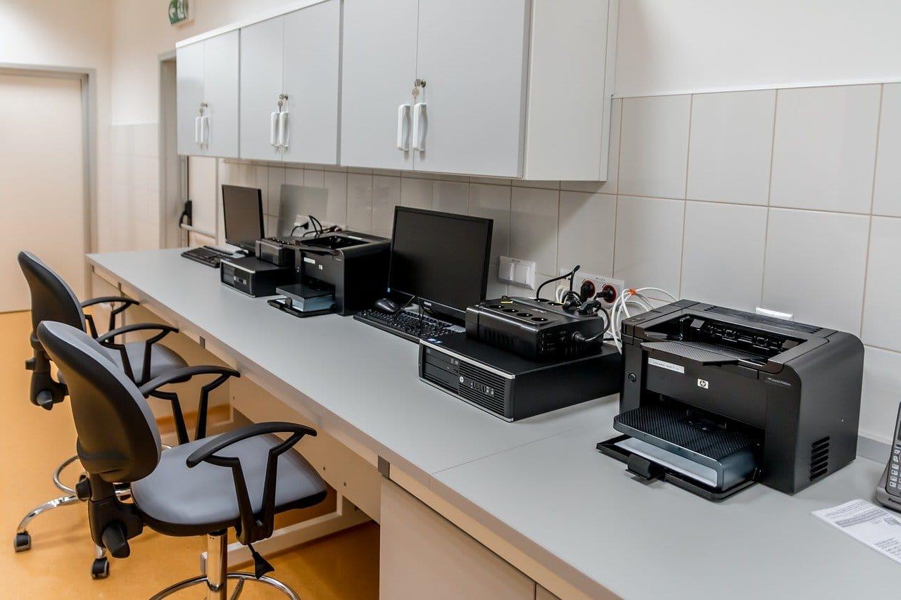 オフィス、プリンター、コンピューター機器