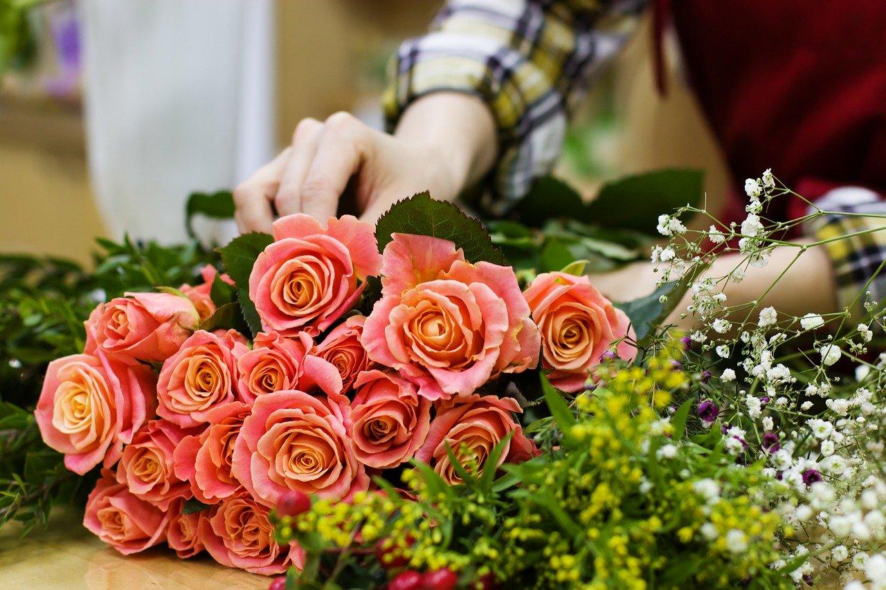 花に囲まれる