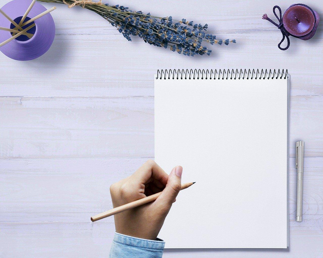 鉛筆を持つ手、ノート
