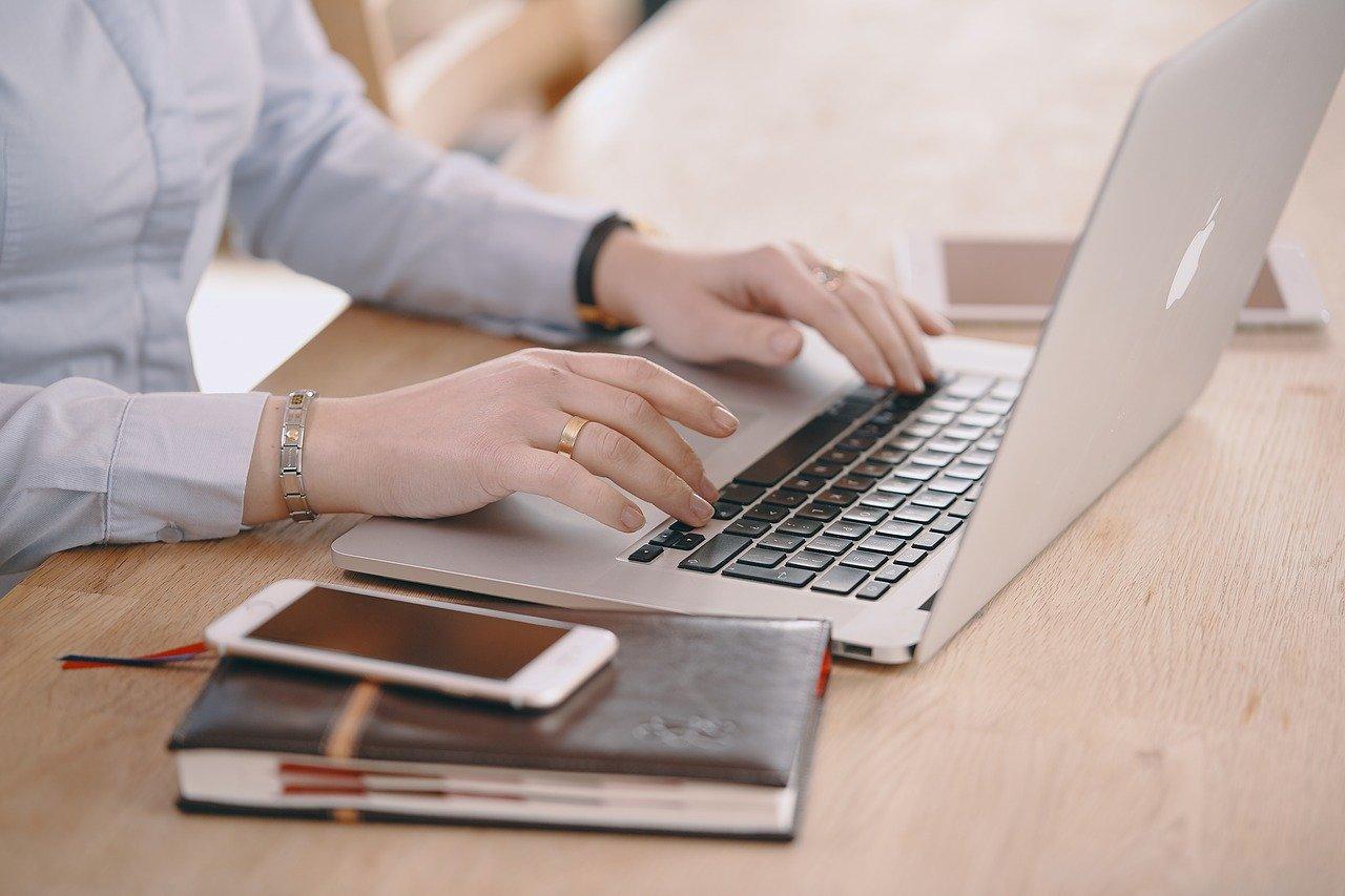ノートPCで作業する人