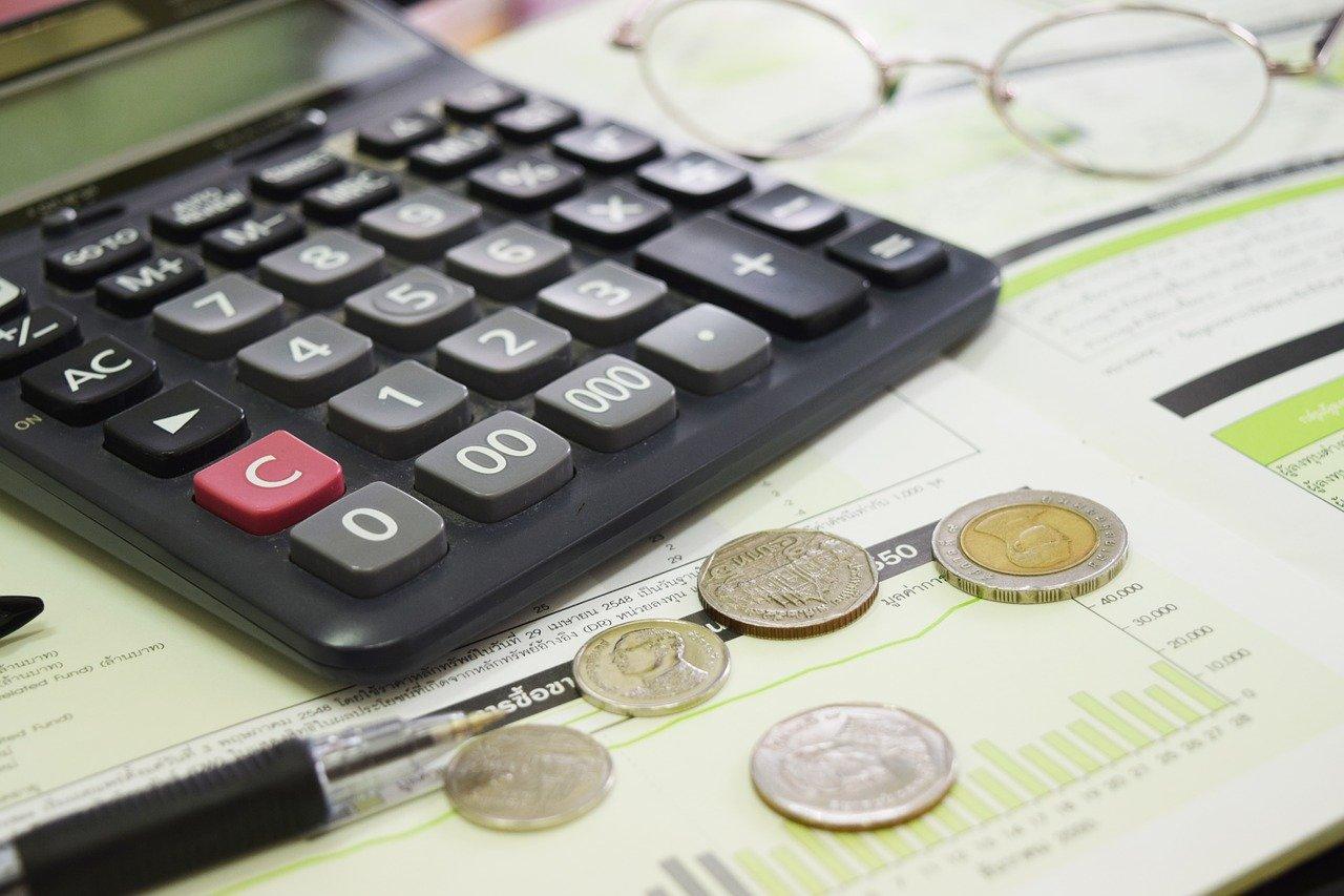 電卓とコインとペン