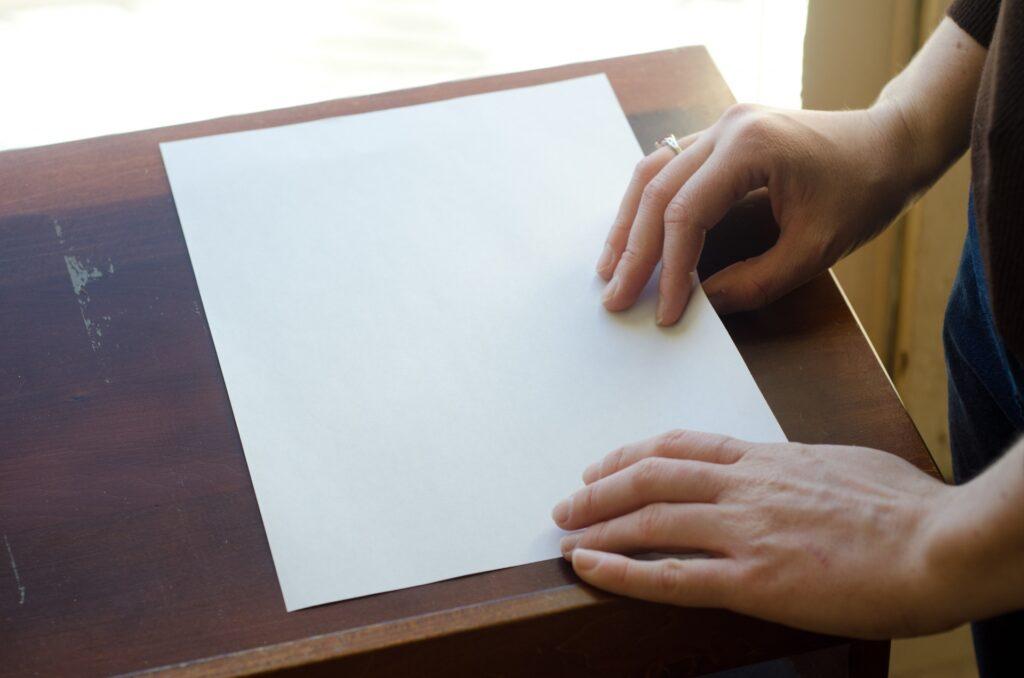紙を折る手元