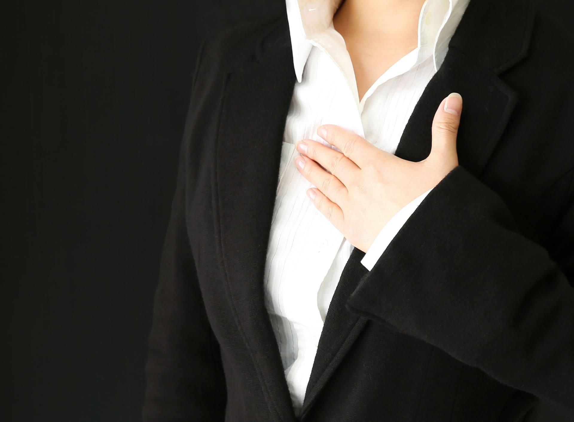 女性のスーツ姿