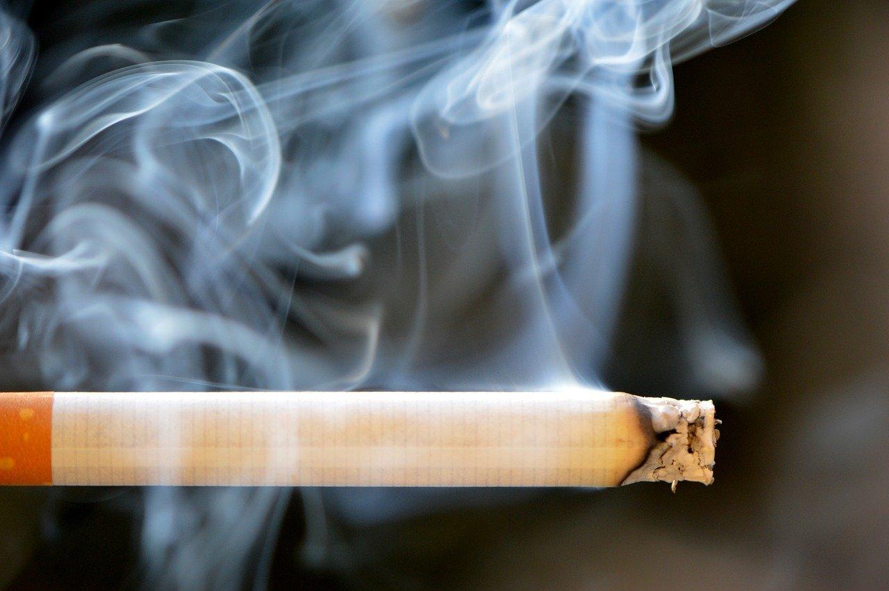 火の付いているタバコ