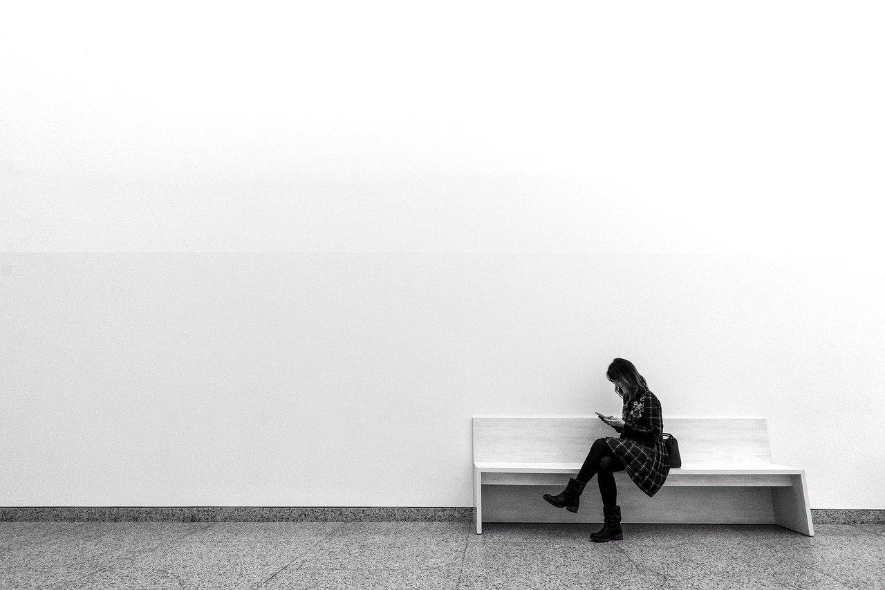 ベンチに座る女性の画像