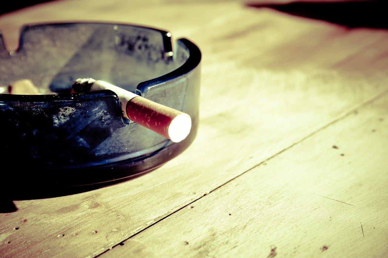 灰皿に乗ったタバコ