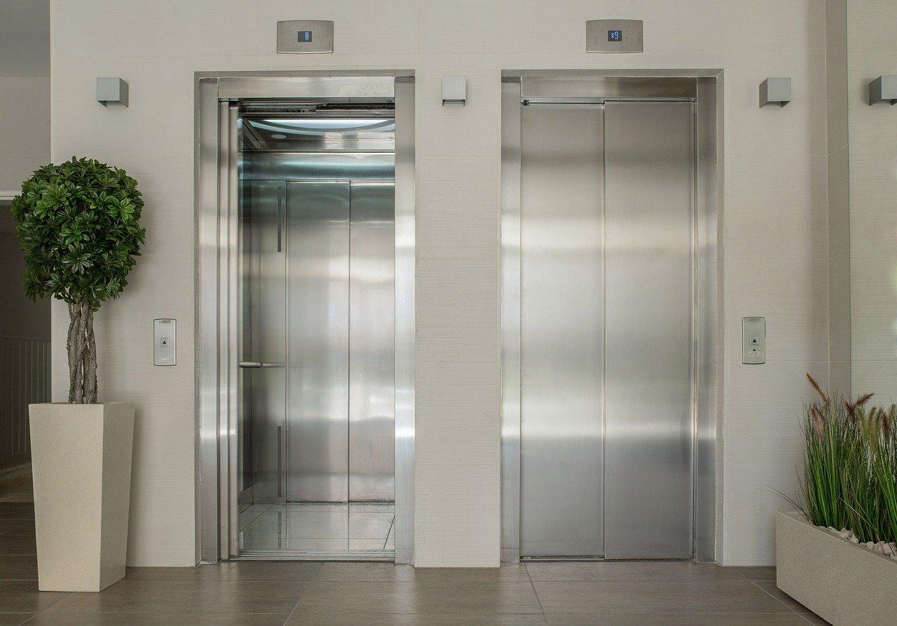 エレベーター正面