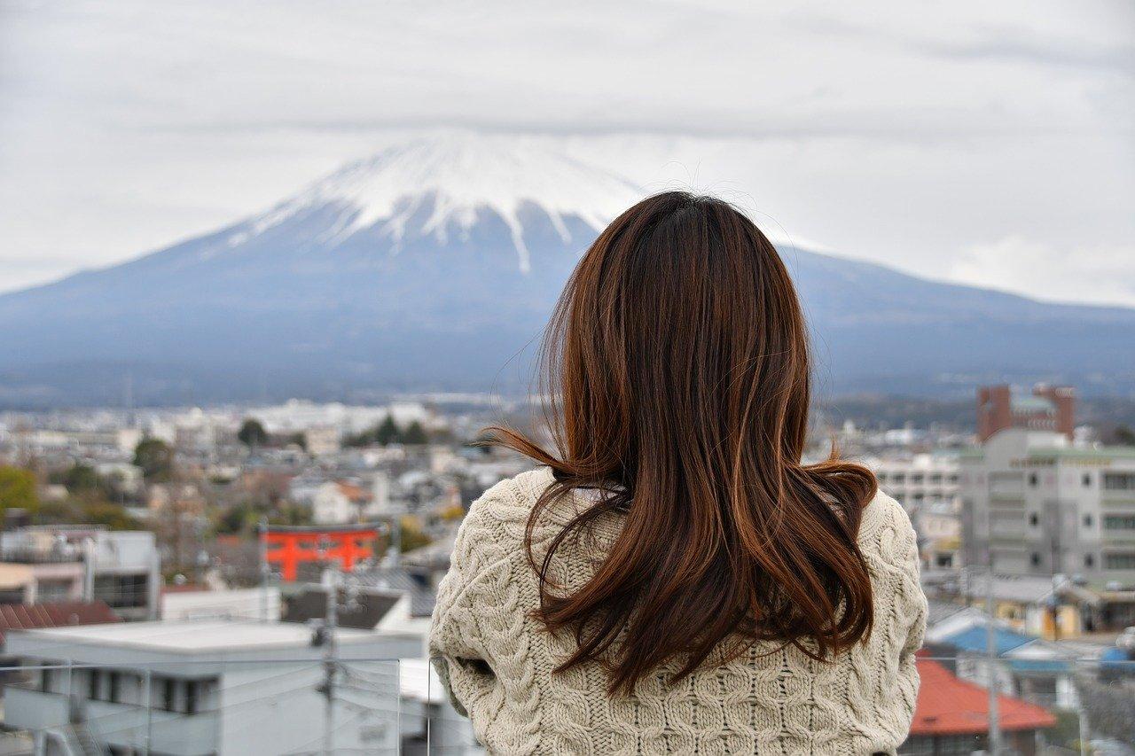 富士山を見る女性の後ろ姿