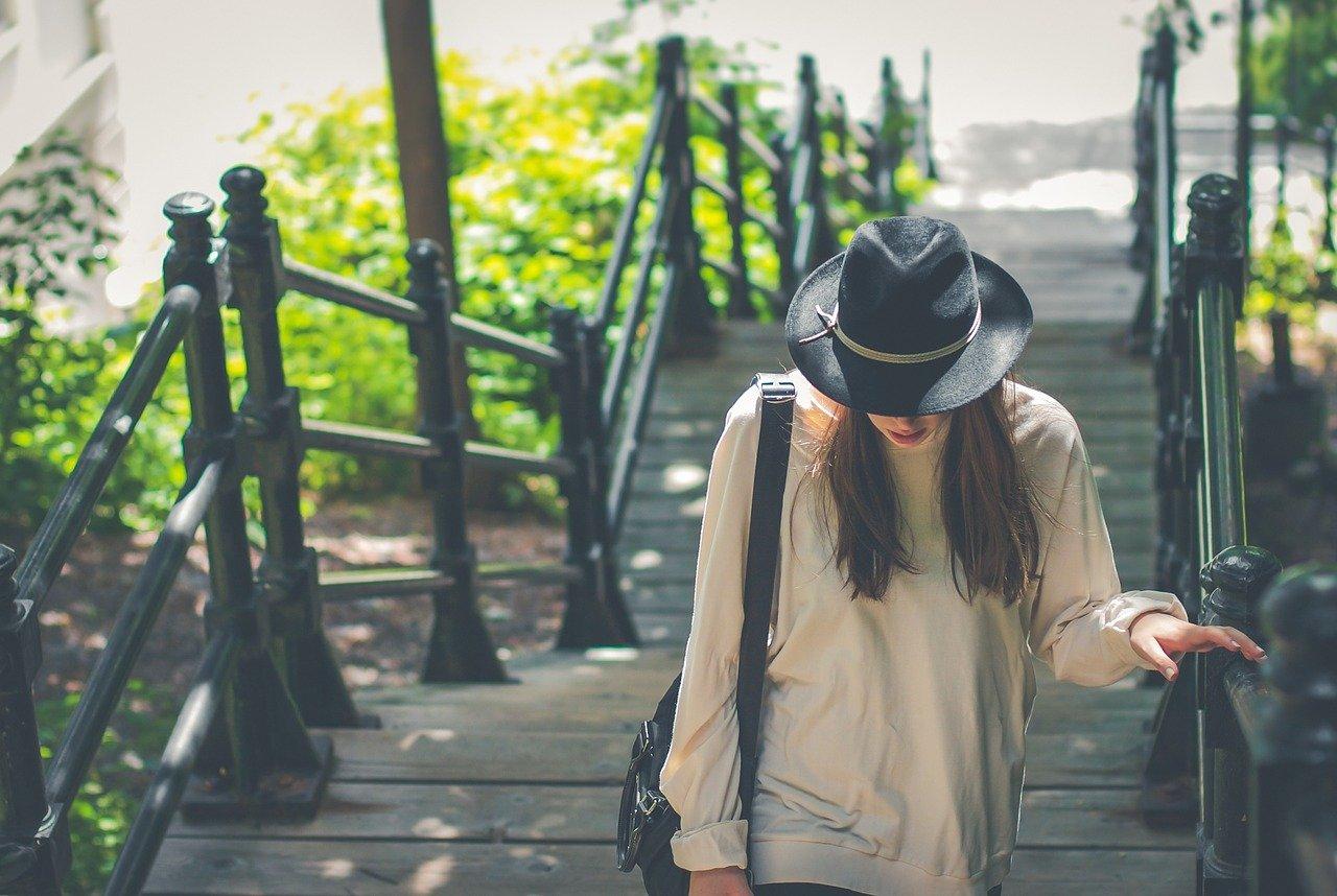 階段を歩く女性の画像