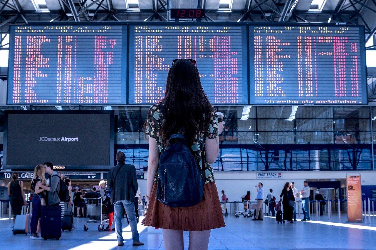 空港で佇む女性
