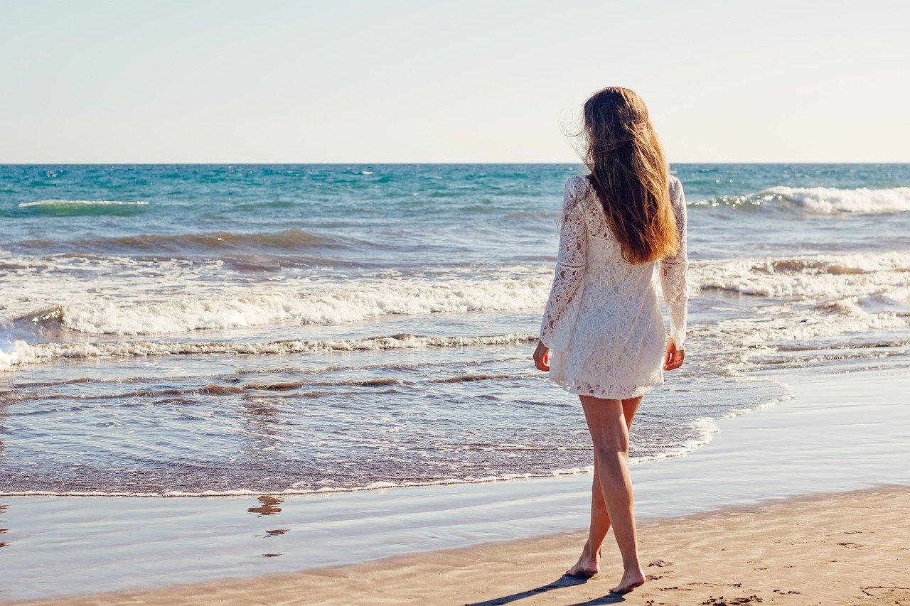 海にたたずむ女性の画像