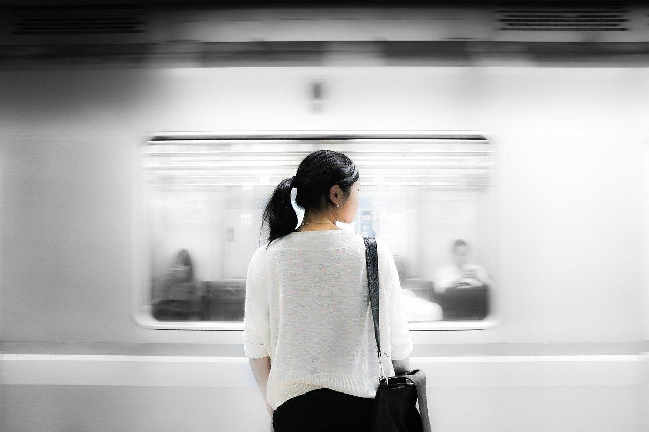駅にいる女性の画像