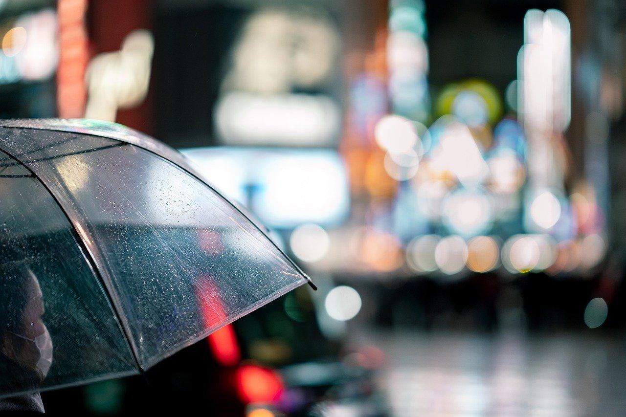 雨、傘、女性