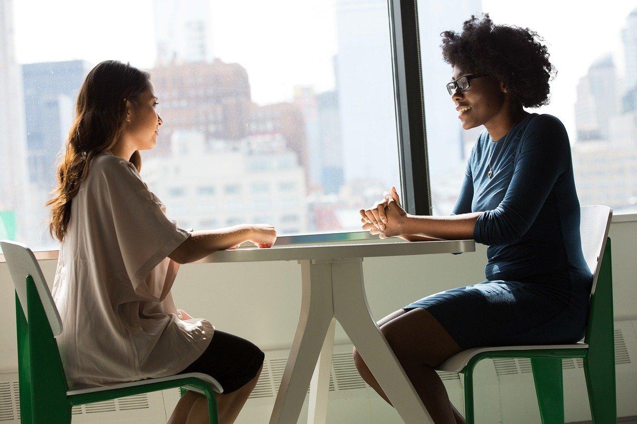 対話する二人の女性