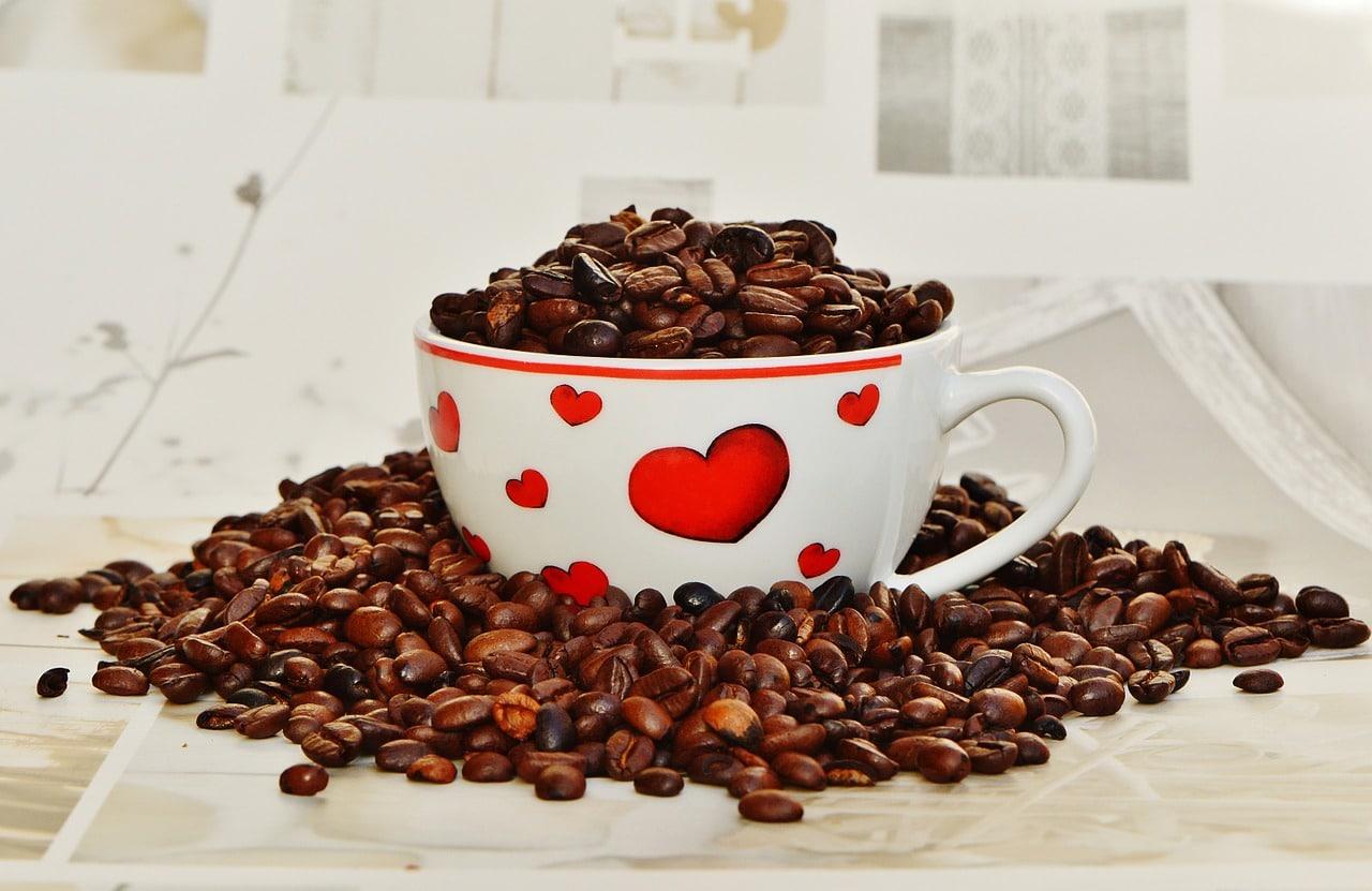 溢れるコーヒーカップ