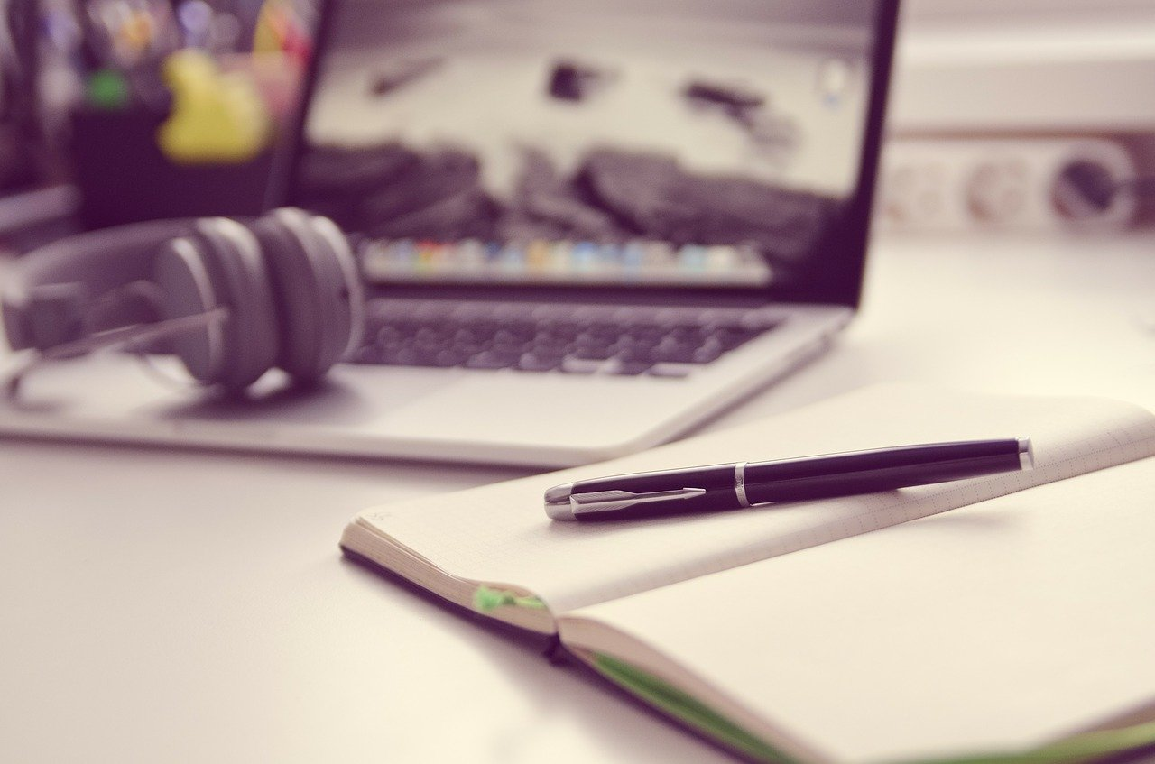 開いた手帳とペン