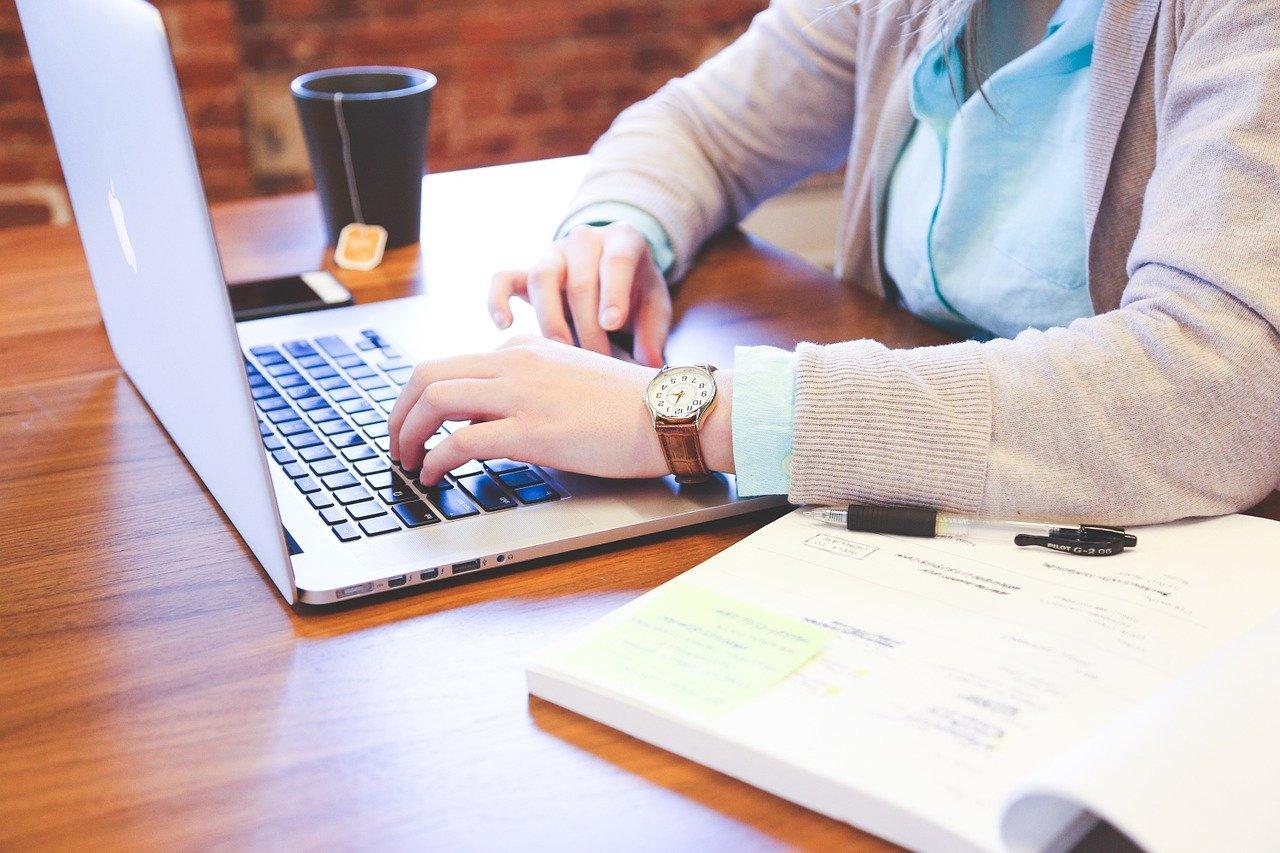 パソコンを打つ女性の画像