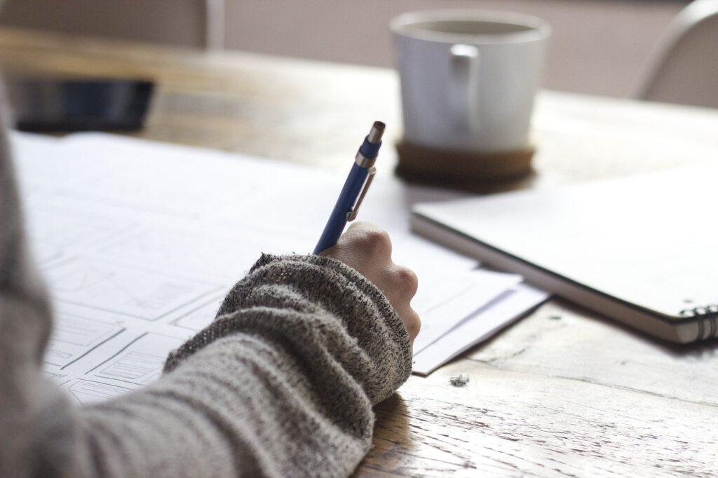 ペンを持つ女性の画像