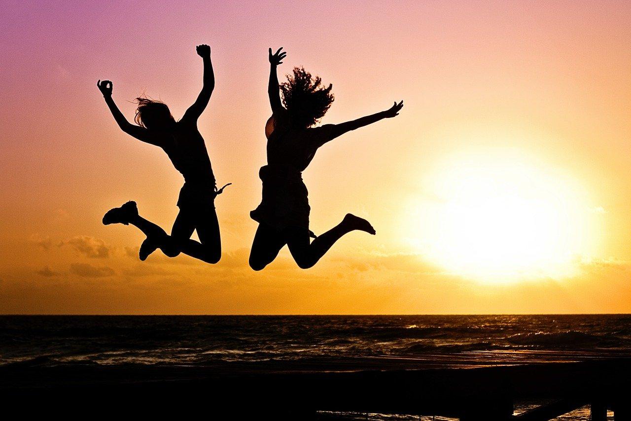 ジャンプする女性の画像