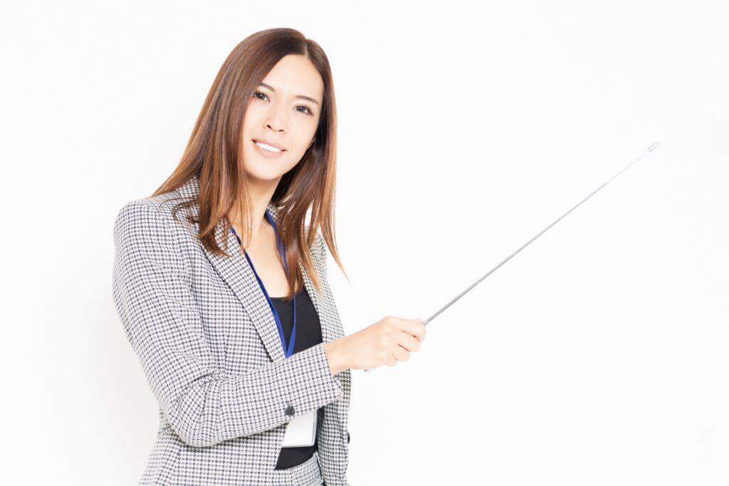 スーツで説明する女性