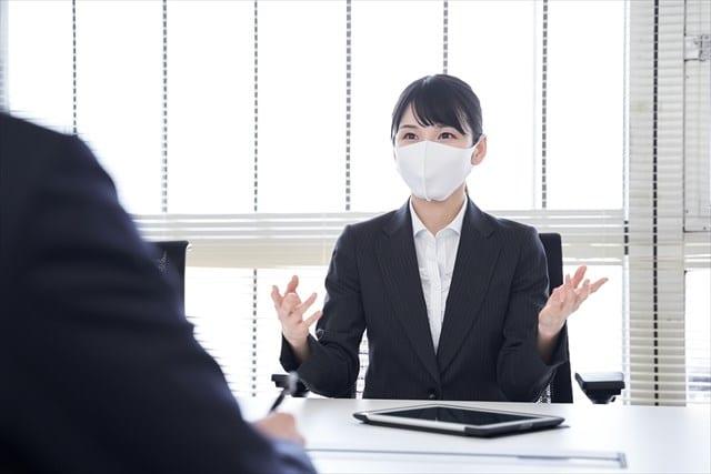 マスクを付けてオフィスで営業をする