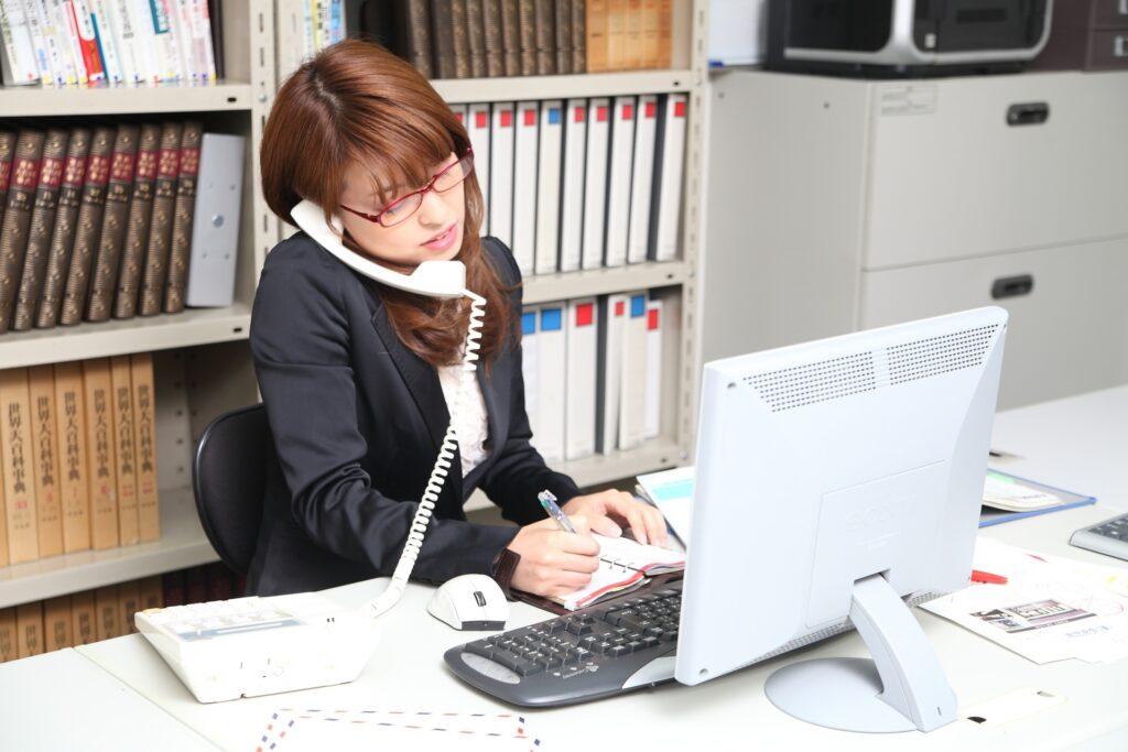 テキパキ仕事をする女性