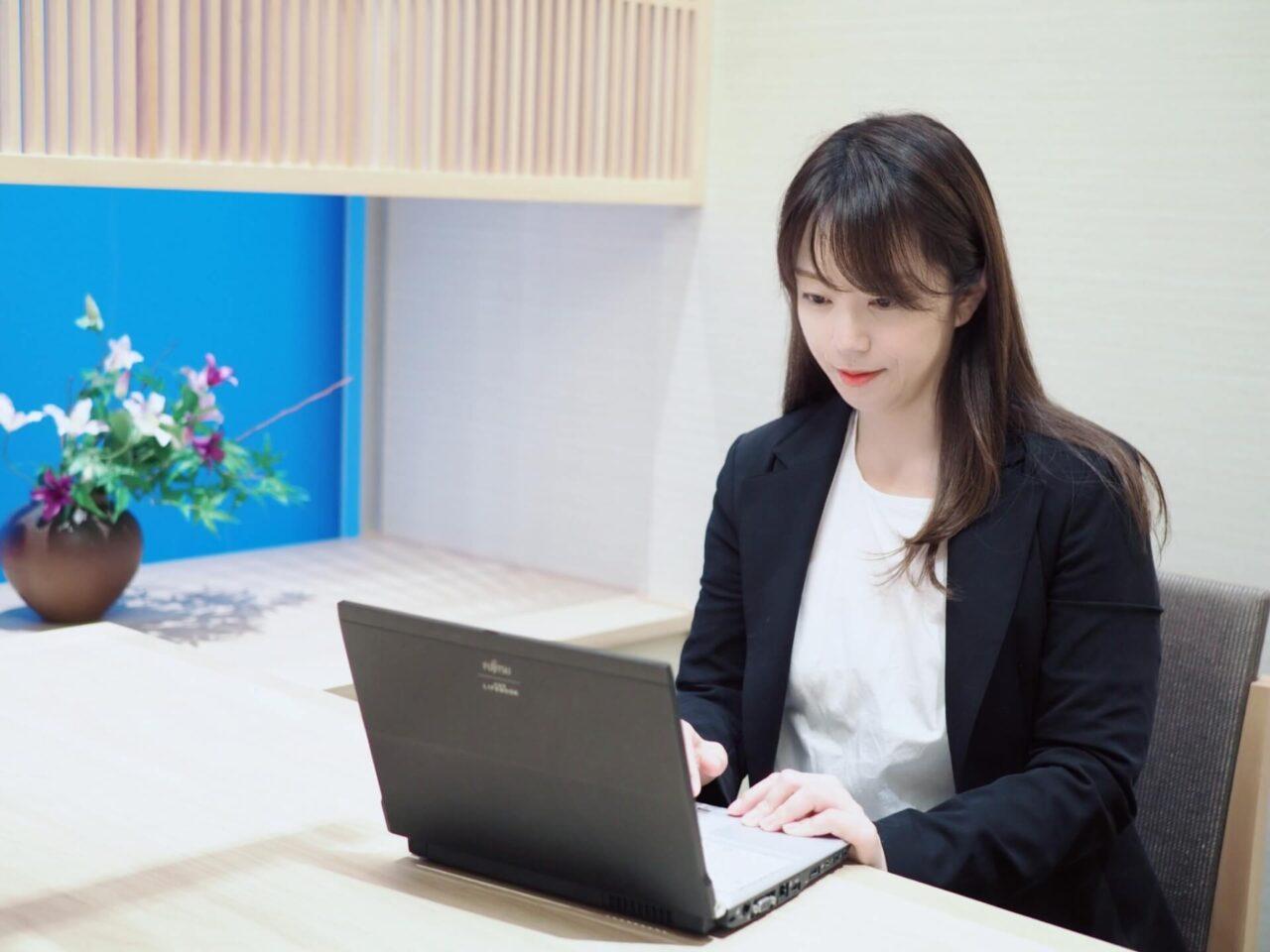 女性,パソコン,仕事,スーツ,在宅,オフィス