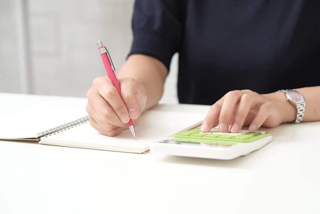 計算をする女性、ノート、ペン