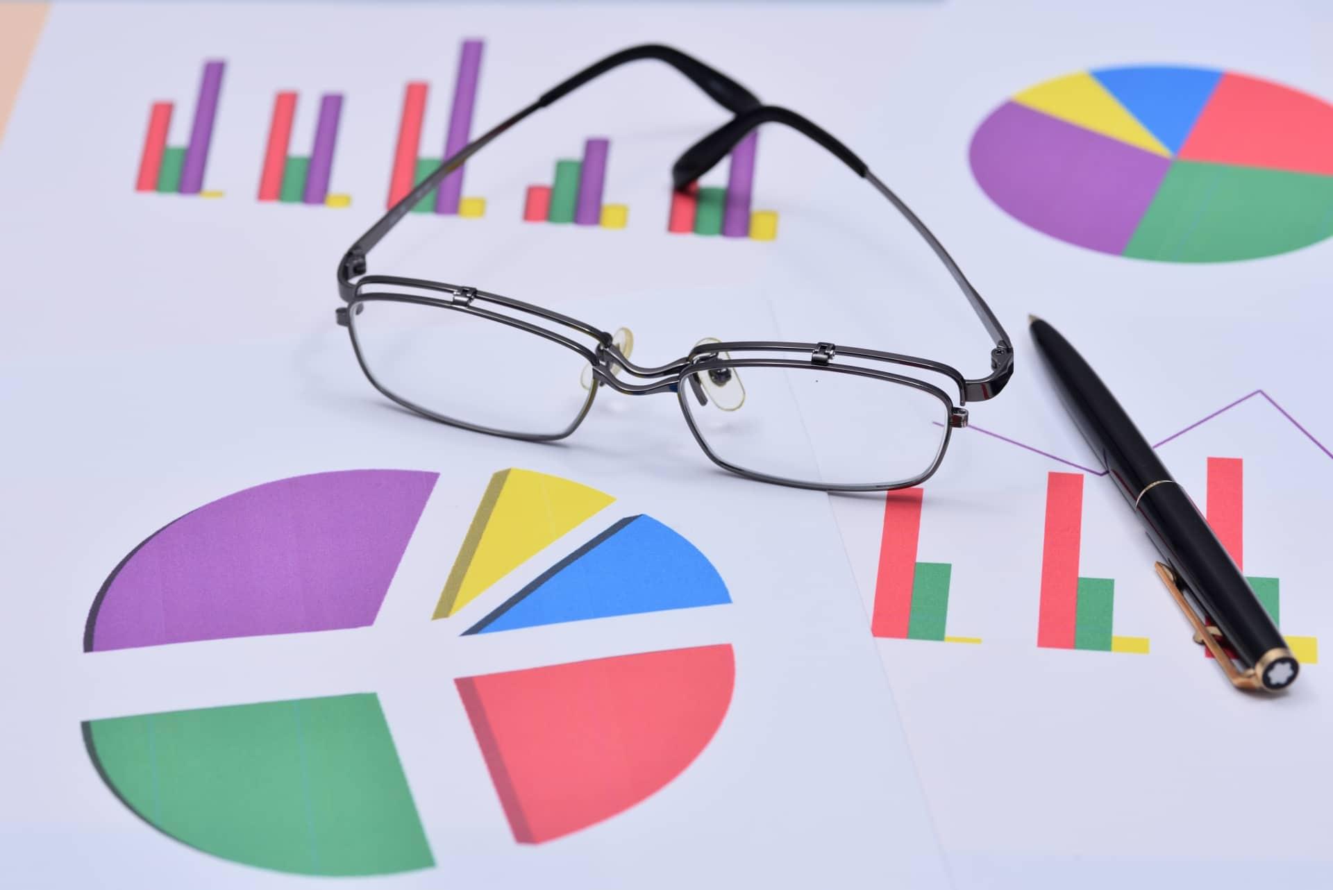 資料とメガネ