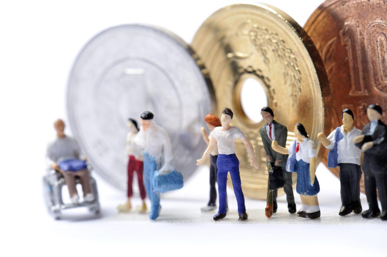 お金とミニチュアの人々