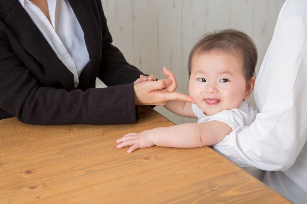 スーツの女性、赤ん坊