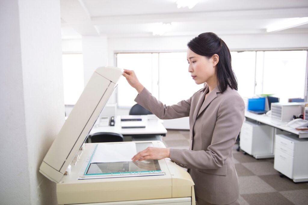 コピー機、スーツの女性