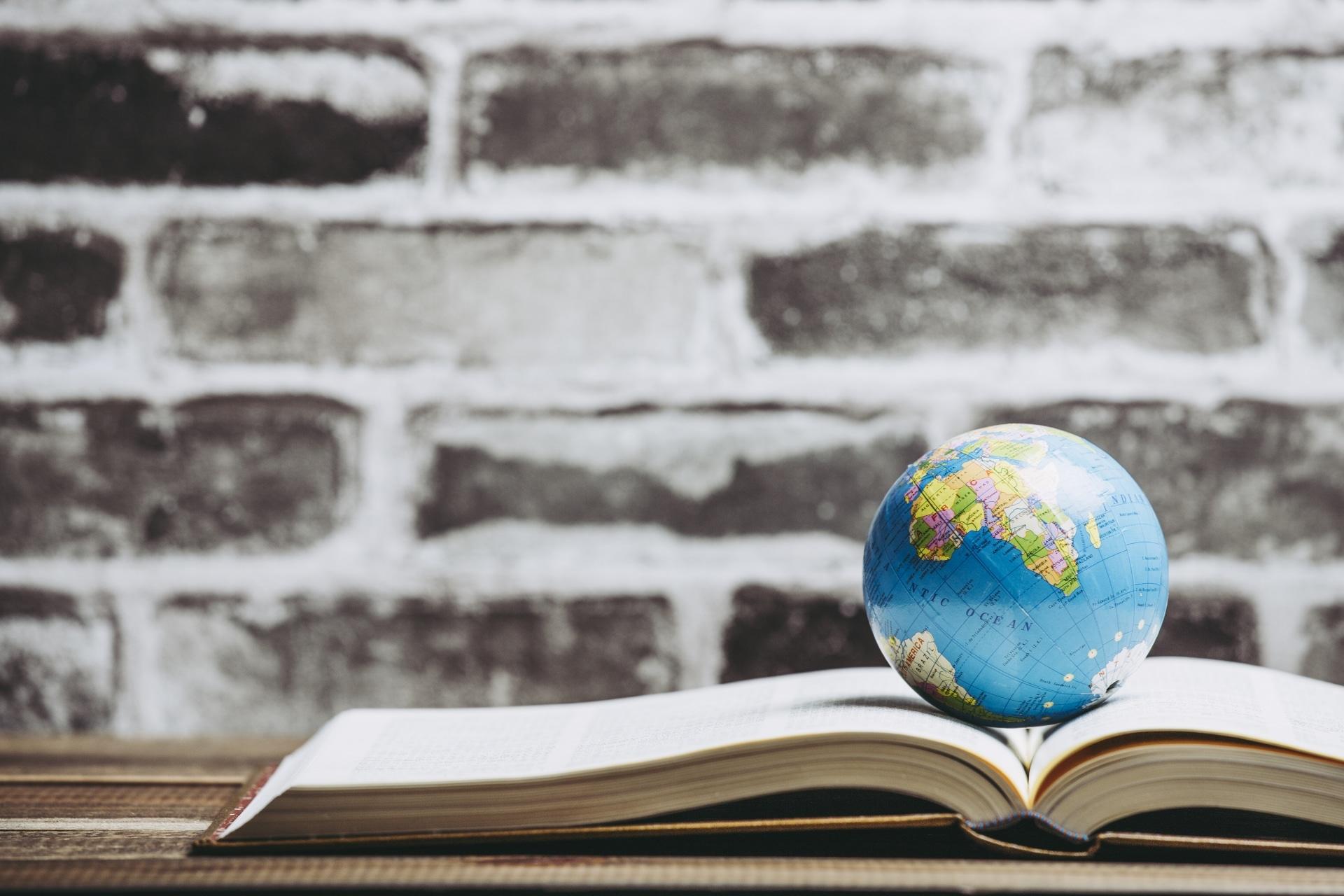 地球儀と本