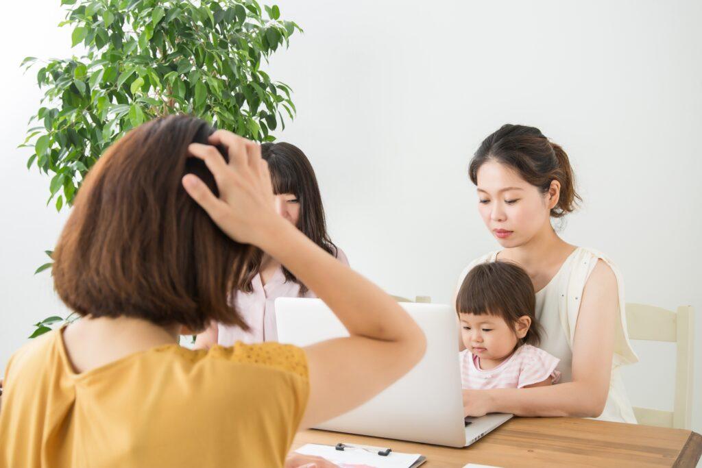 子供を抱く女性、頭を抱える女性