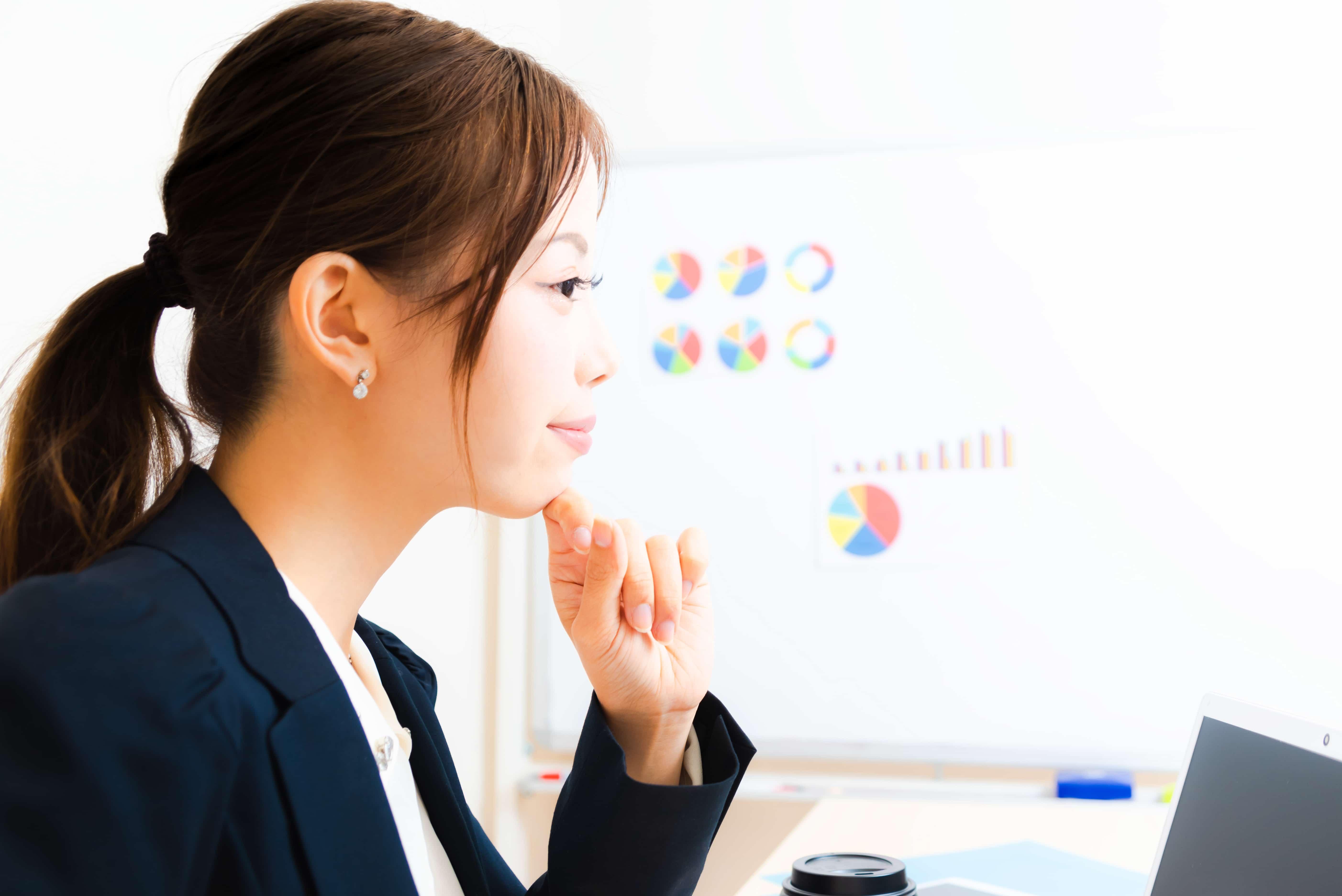 仕事をする女性、横顔