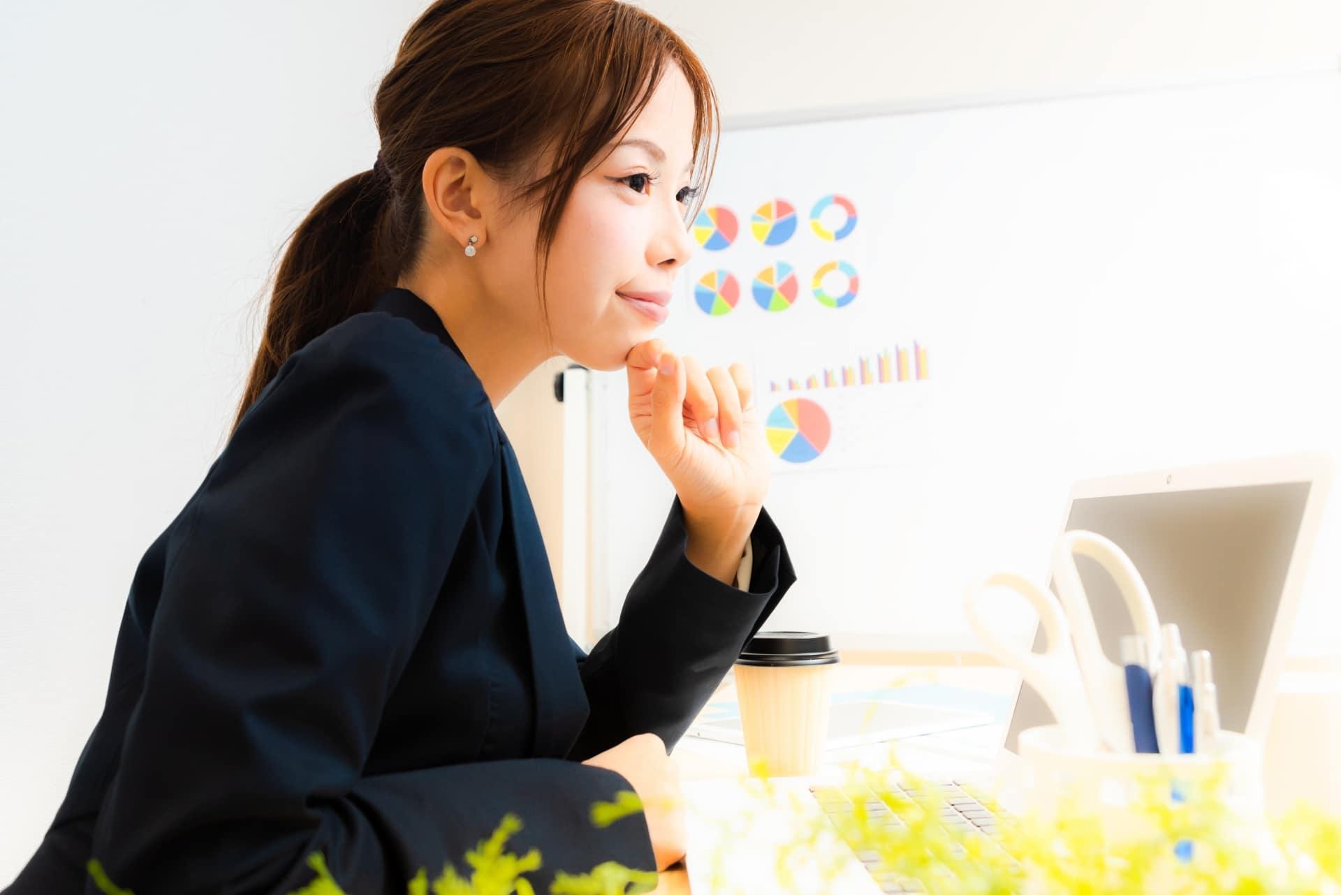 考える女性、企画発案