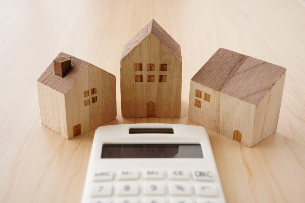 電卓、木製の家