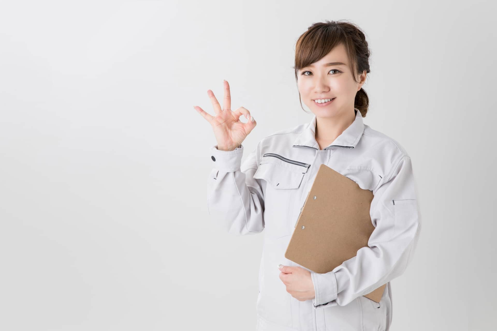 OKサイン、作業服の女性